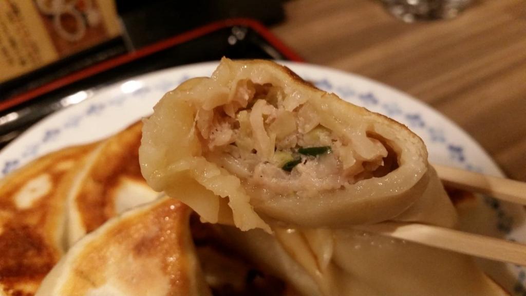 池袋『開楽』の開楽特製手作りジャンボ餃子定食の餃子を、キレイに割った写真