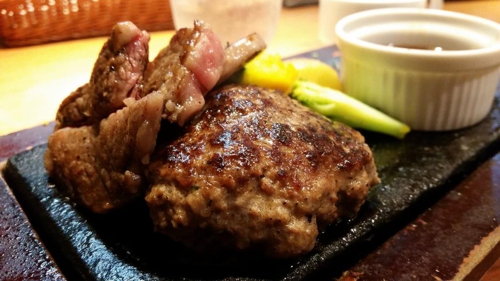 ステーキとハンバーグのアップ