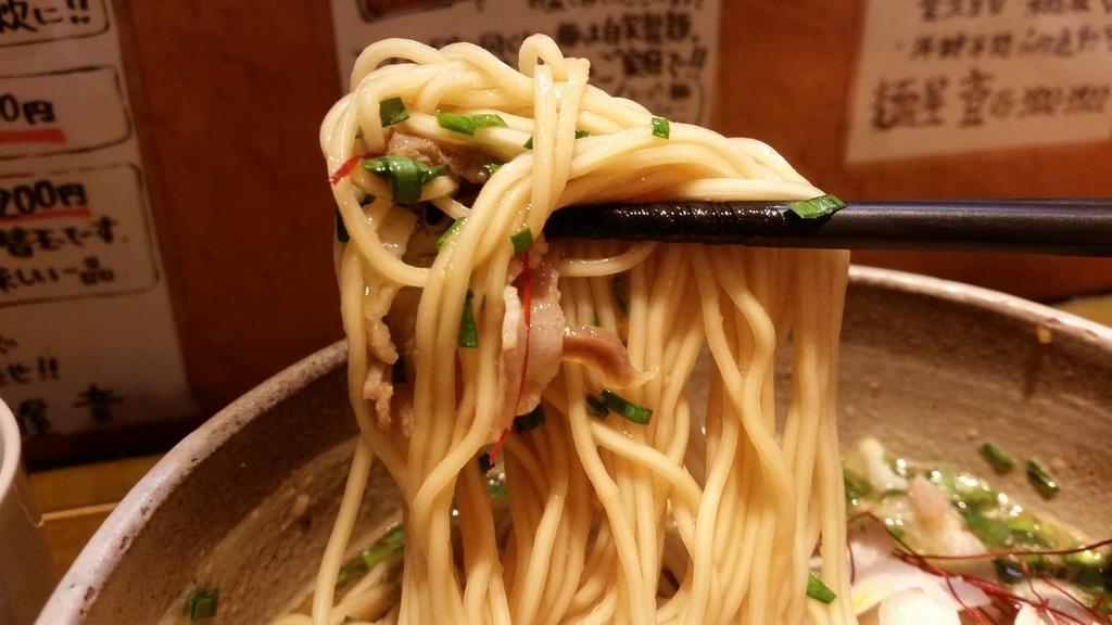 ニラ玉肉そばの麺