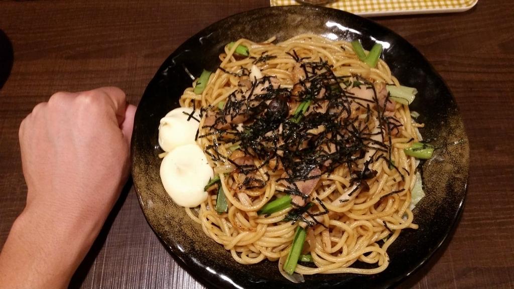 上野『ロメスパバルボア』の、照り焼きチキン特盛りと拳のサイズ比較写真