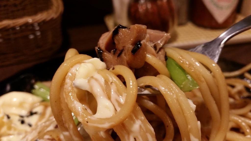 上野『ロメスパバルボア』の照り焼きチキン特盛りに、マヨネーズをつけた写真
