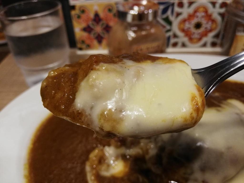 スプーンですくったルーとチーズ