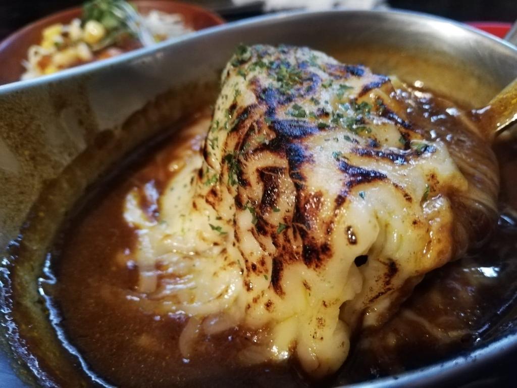 記事トップの牛すじ炙りチーズカレーライス
