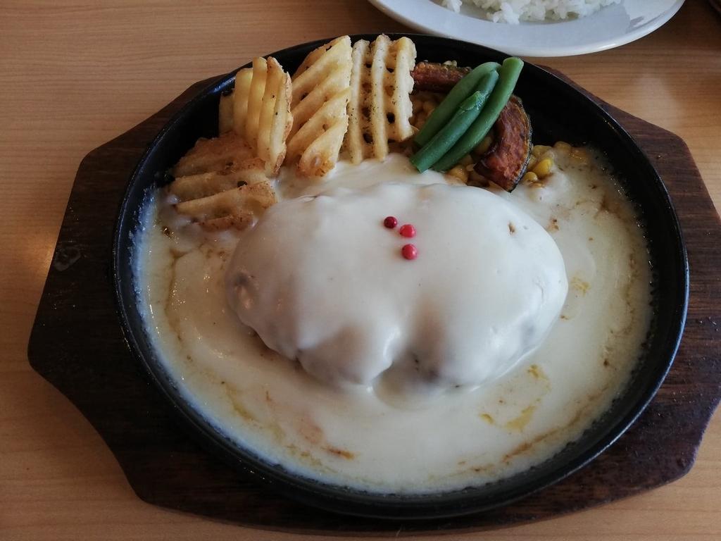 ダブズグリルのホワイトチーズハンバーグのハンバーグ皿のみのアップ