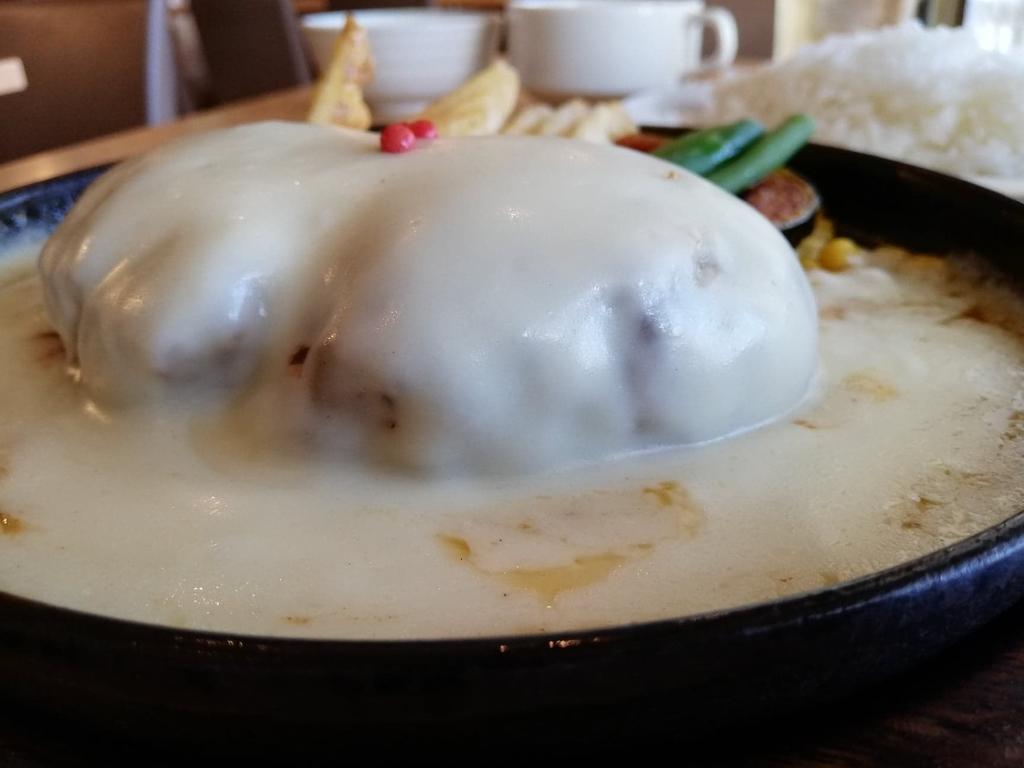 記事トップのダブズグリルのホワイトチーズハンバーグ