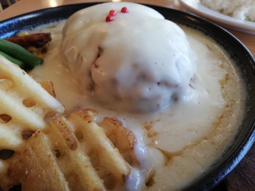 ダブズグリルのホワイトチーズハンバーグのアップ②