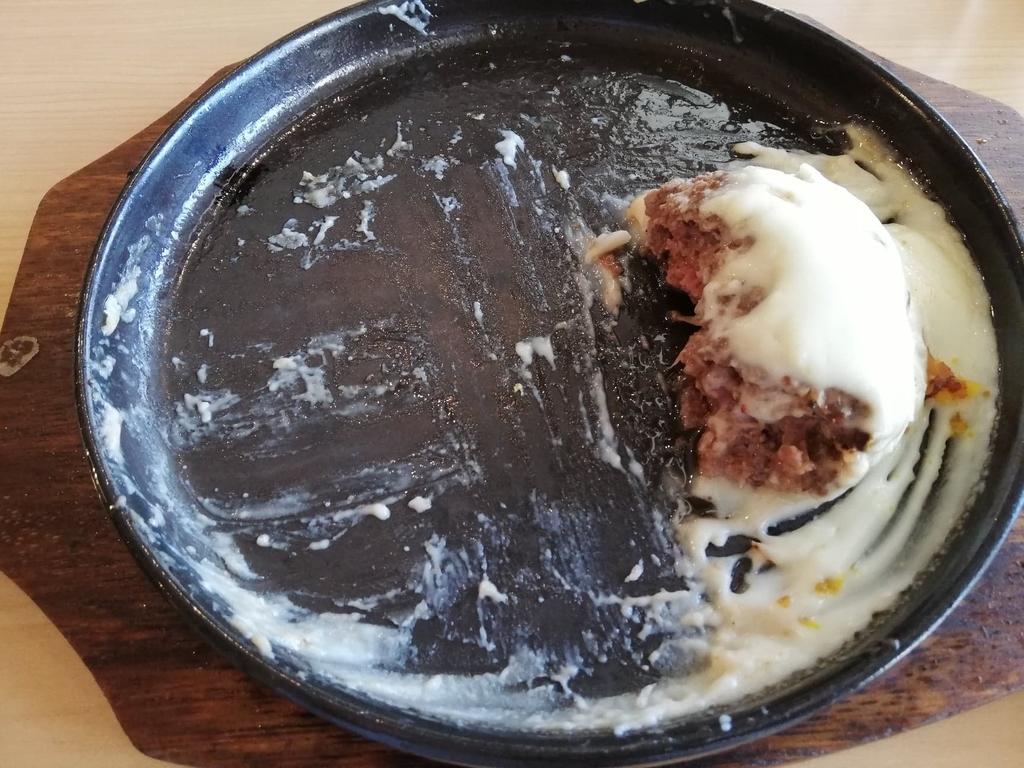残り少しのホワイトチーズハンバーグ