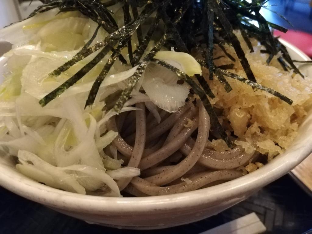 黒カレー肉そばの麺のアップ