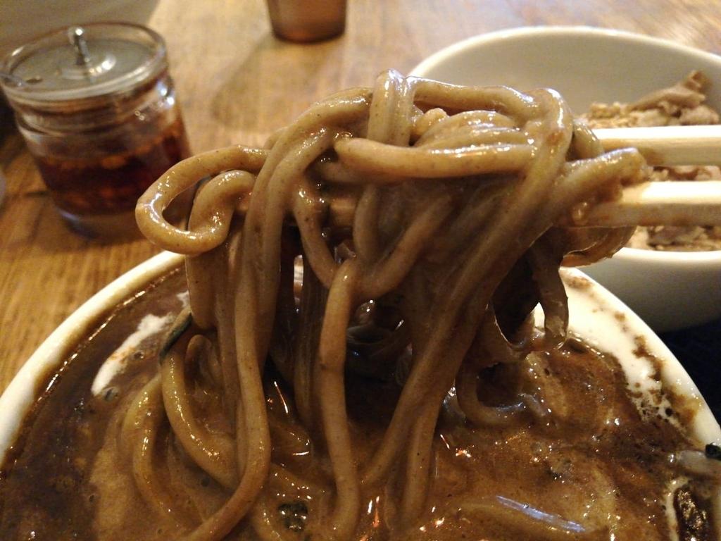 黒カレーを絡めた麺のアップ