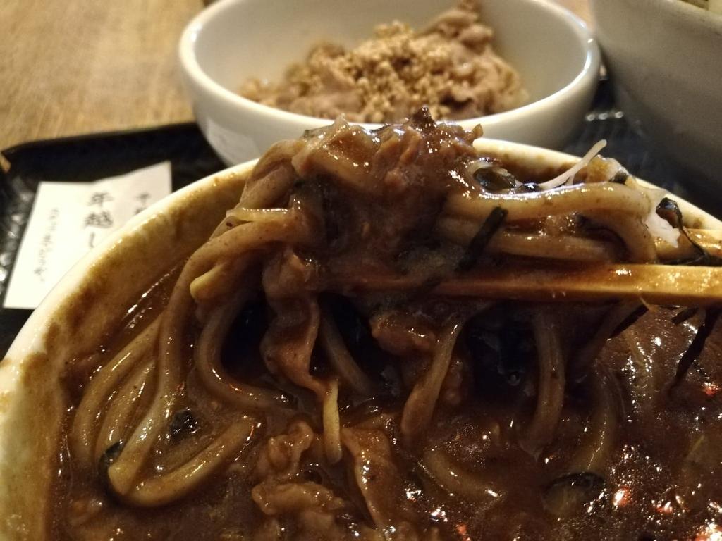 箸で持ち上げた麺と肉