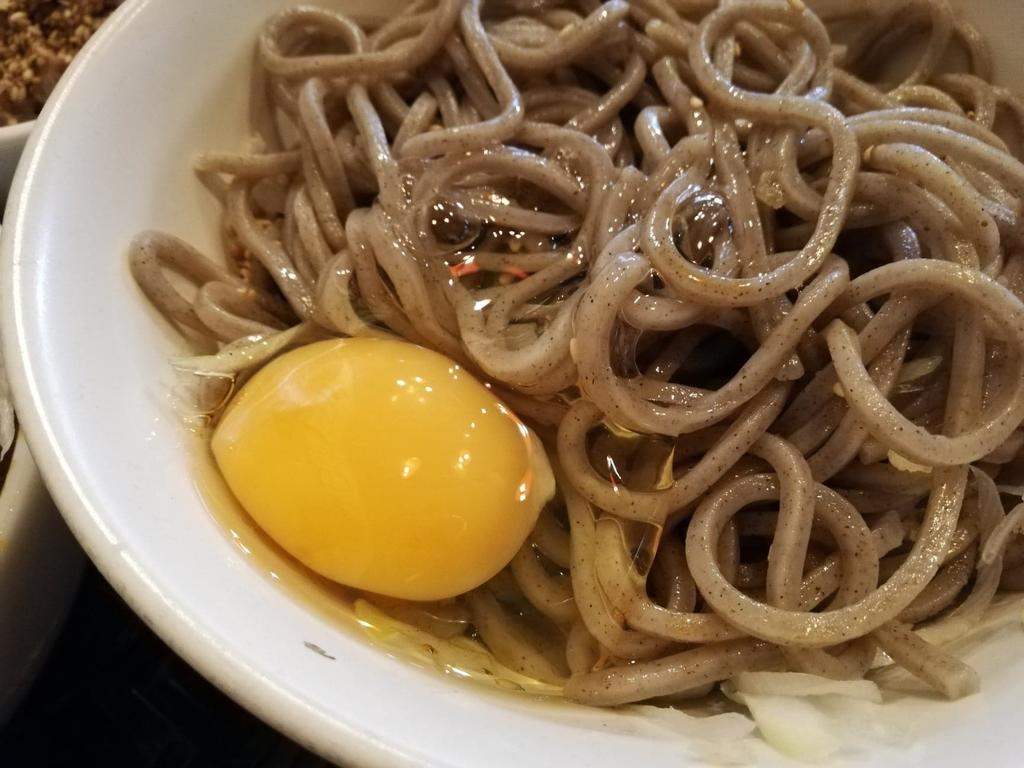 麺の上に乗せた生卵