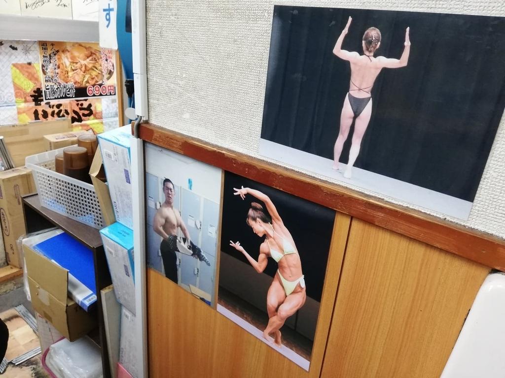 吉祥寺『どんぶり』の店内のボディビルダー写真