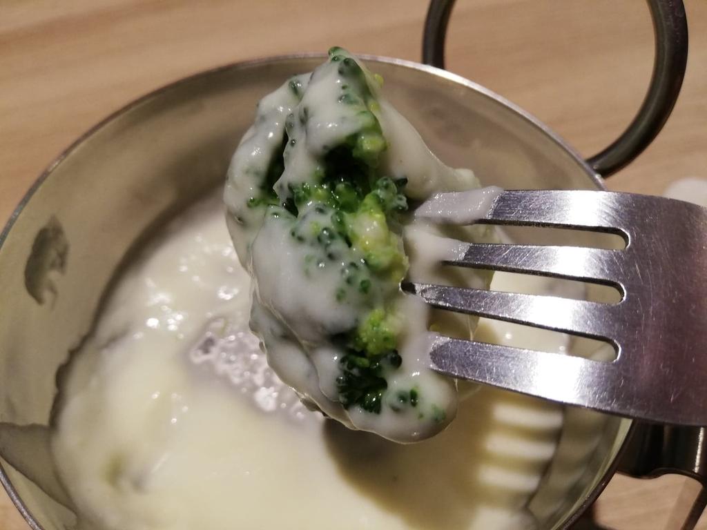 池袋パルコ『CHEESE CRAFT WORKS(チーズクラフトワークス)』のミニチーズフォンデュにつけたブロッコリー