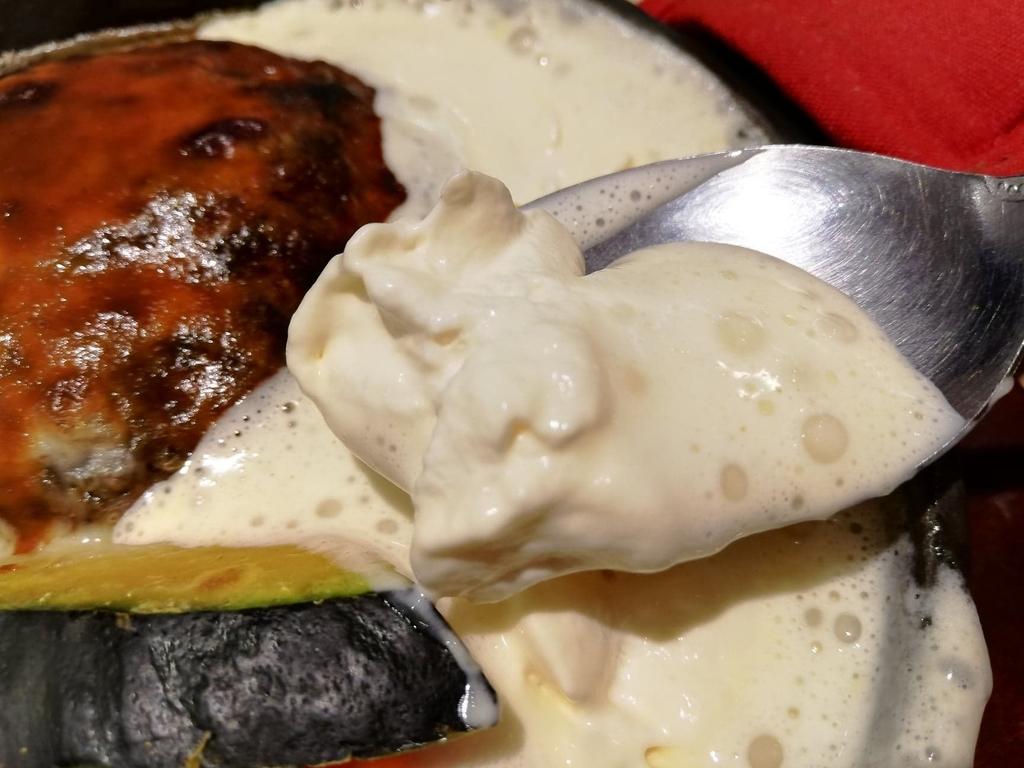スプーンですくった天使のふわふわチーズフォンデュハンバーグのホイップチーズ