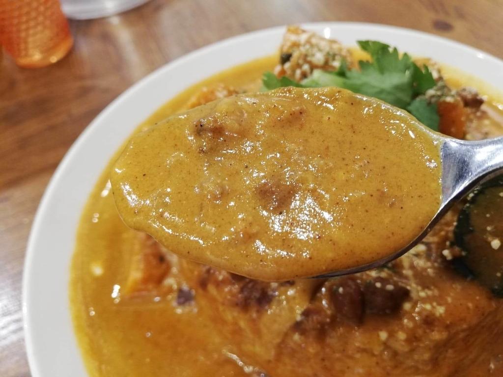 スプーンですくったヤミツキカリー西池袋店のホクホクかぼちゃのチーズカリー特盛