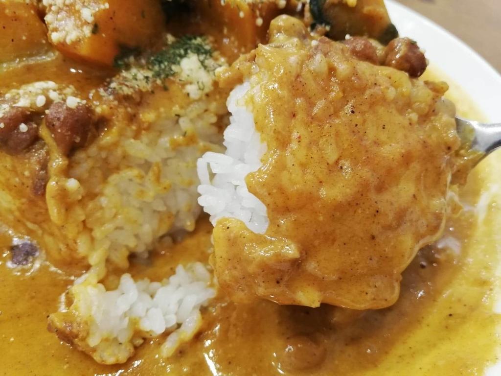 スプーンですくったヤミツキカリー西池袋店のホクホクかぼちゃのチーズカリー特盛のライス