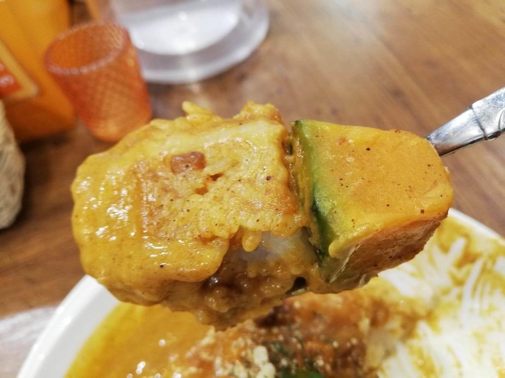 スプーンですくったヤミツキカリー西池袋店のホクホクかぼちゃのチーズカリー特盛のかぼちゃ