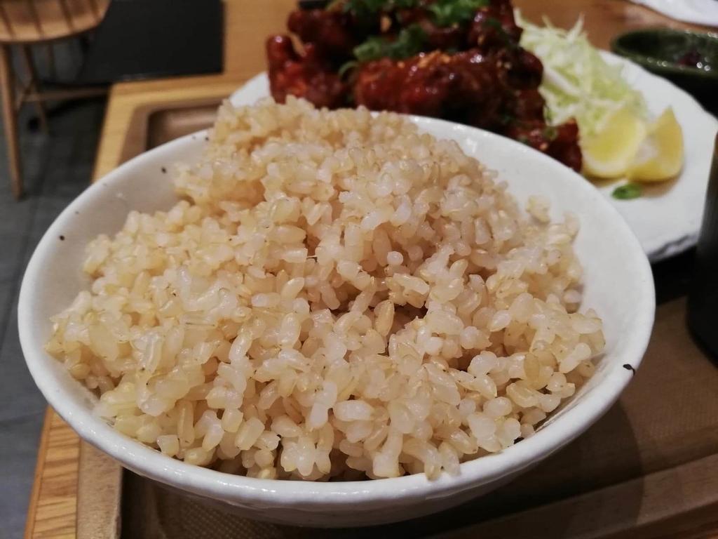 秋葉原『おむすびのGABA』のマウンテンヤンニョムチキン定食の発芽玄米