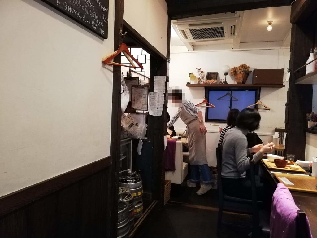 北千住『あさり食堂』の店内カウンター①