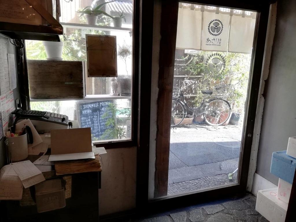 北千住『あさり食堂』の店内ドア付近