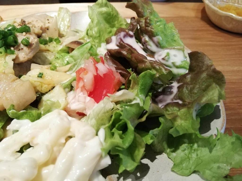 北千住『あさり食堂』の、豚肉としめじの味噌バター炒め定食のサラダ