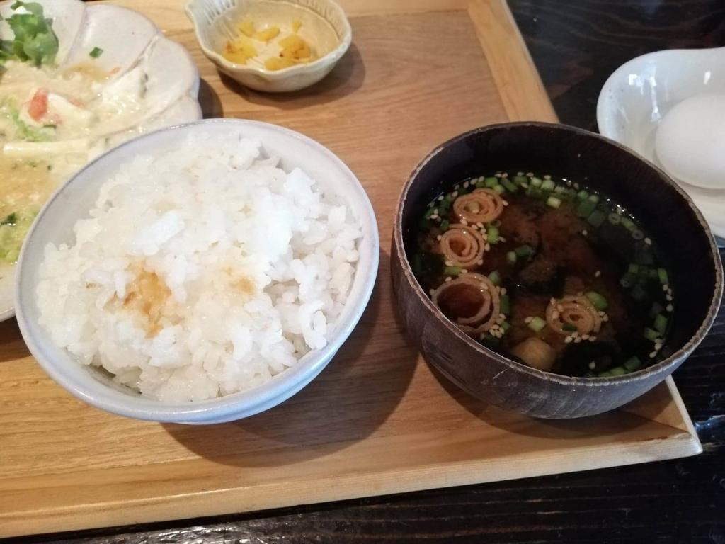 北千住『あさり食堂』の、豚肉としめじの味噌バター炒め定食のライスと味噌汁