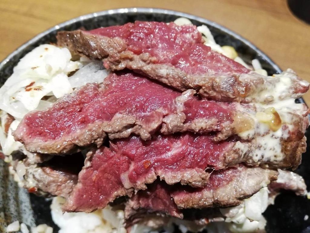 秋葉原『1ポンドのステーキハンバーグ タケル』の旨馬丼の馬肉を、ライスの上で重ねたところ