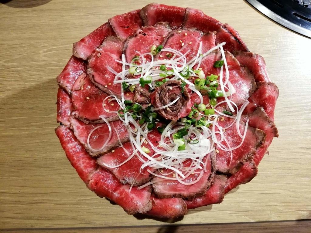 記事トップの、浅草焼肉たん鬼『鬼く丼』の真上からの写真