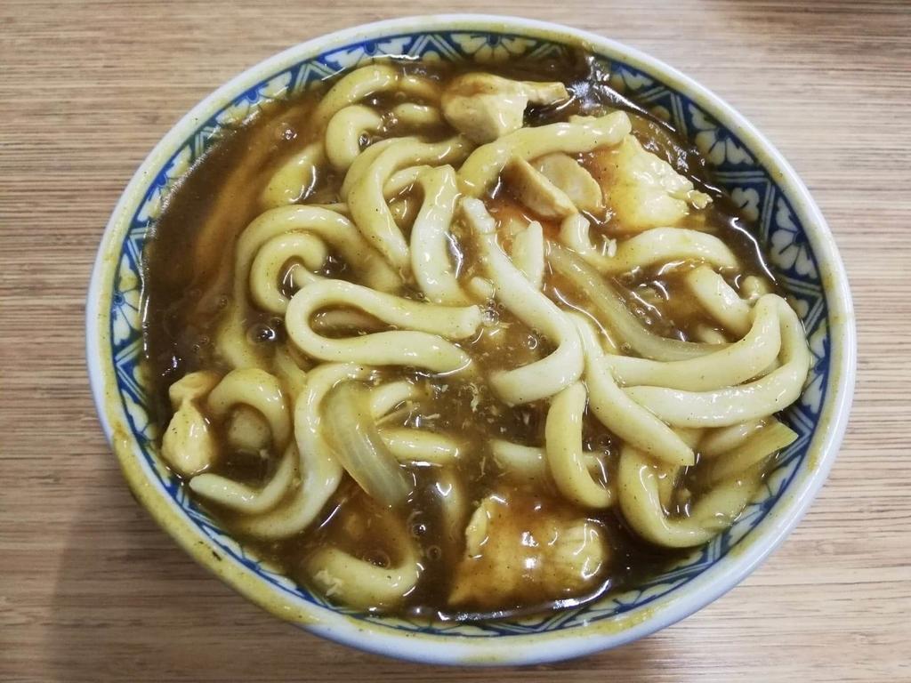 浅草『翁そば』のカレー南蛮うどんの麺を掘り起こした写真