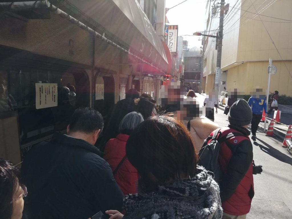 浅草『洋食屋ヨシカミ』の店頭行列写真