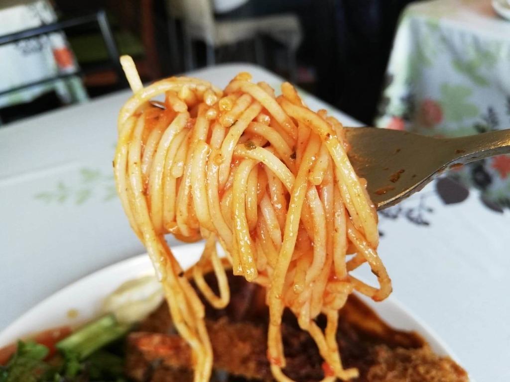 長崎『プリムローズ(primrose)』のトリプルトルコライスのスパゲティーをフォークで持ち上げた写真
