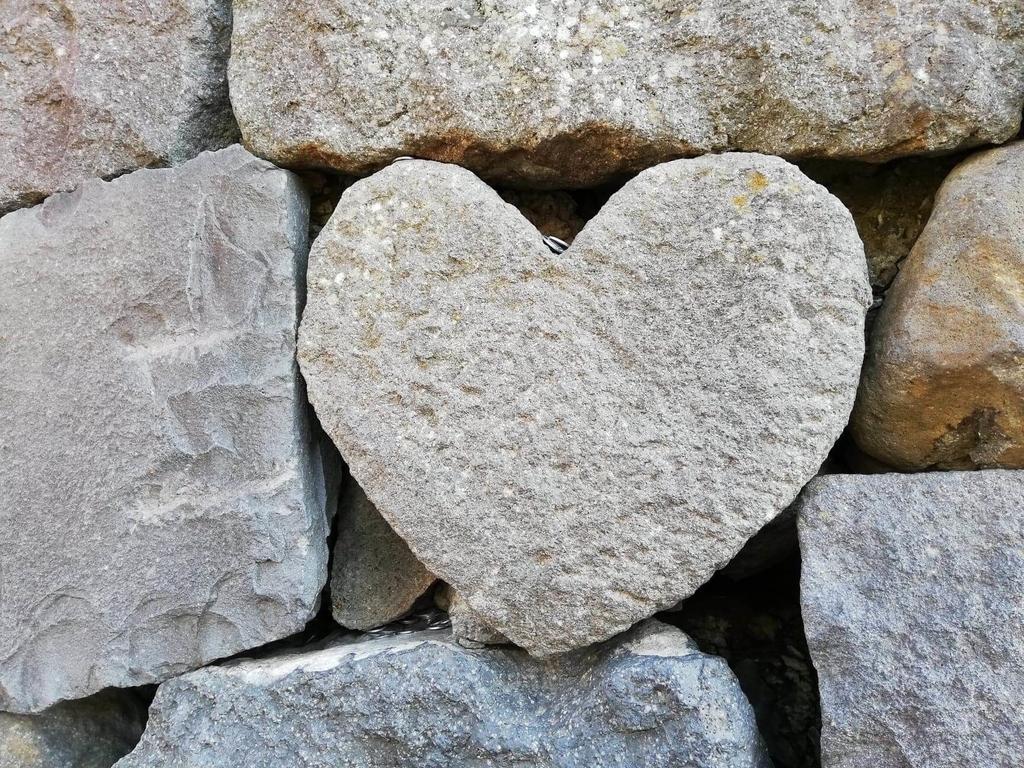 長崎『眼鏡(めがね)橋』にあるハート型の石の写真