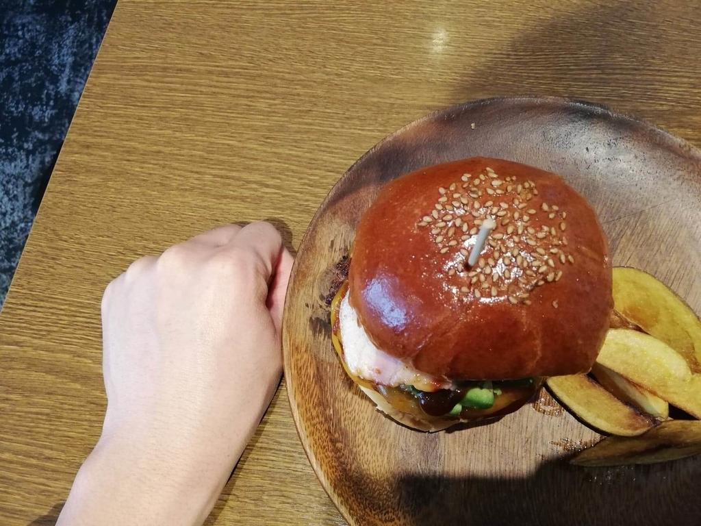 聖蹟桜ヶ丘『cafe GARDEN(カフェ ガーデン)』のGARDENバーガーと拳のサイズ比較