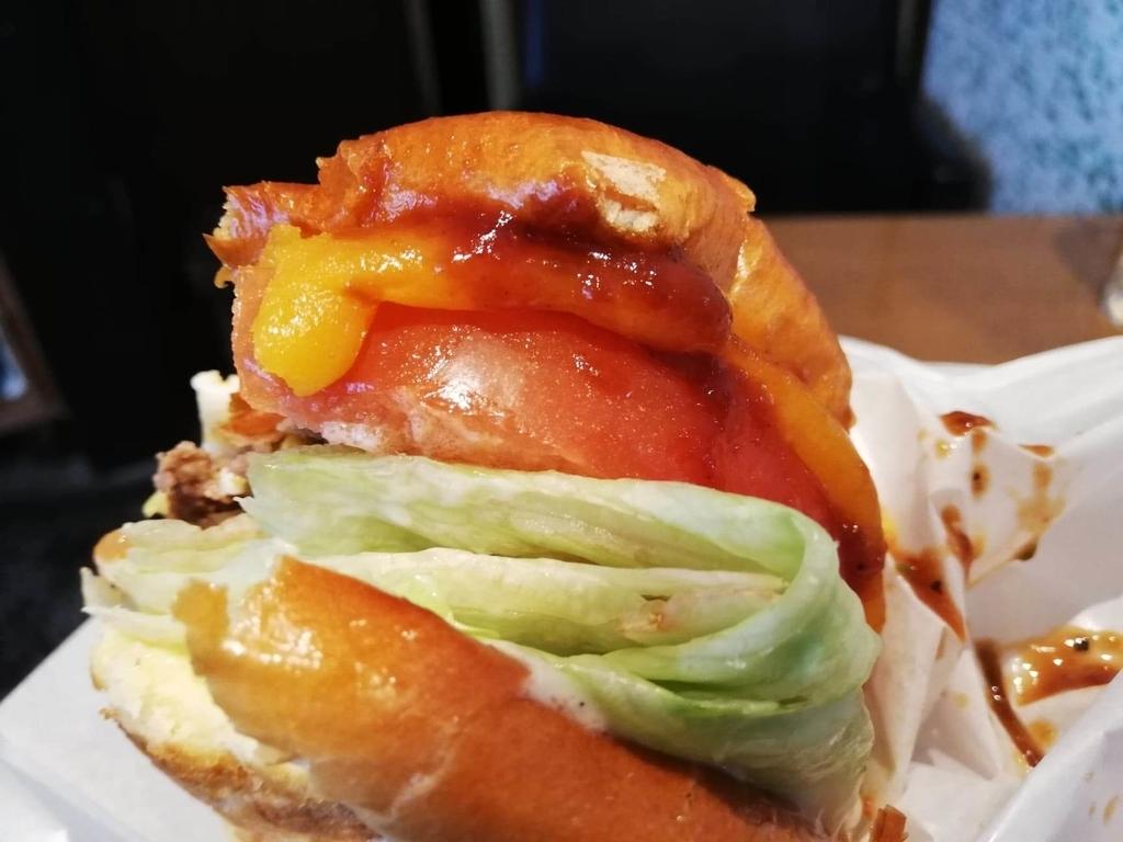 聖蹟桜ヶ丘『cafe GARDEN(カフェ ガーデン)』のGARDENバーガーの野菜のアップ写真