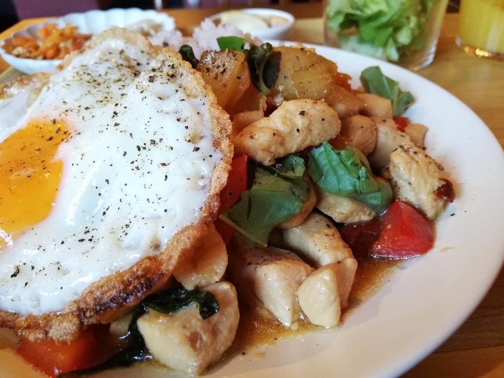 北千住のカフェ『寛美堂』のガパオライス定食のアップ写真