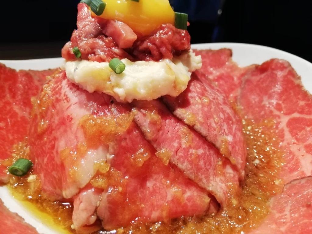 新宿『焼肉ブルズ』の特選和牛のローストビーフ丼のアップ写真