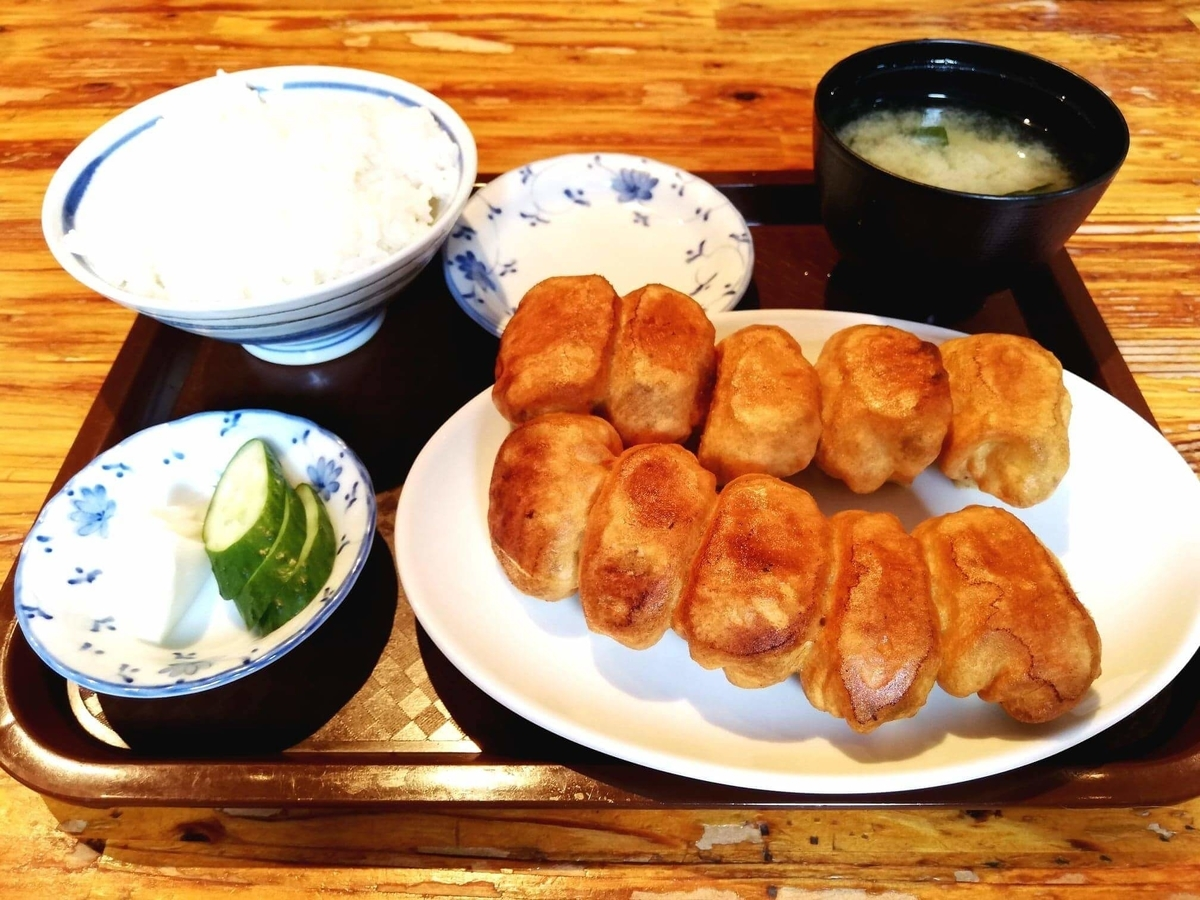 亀有『ホワイト餃子』の焼き餃子セットの写真