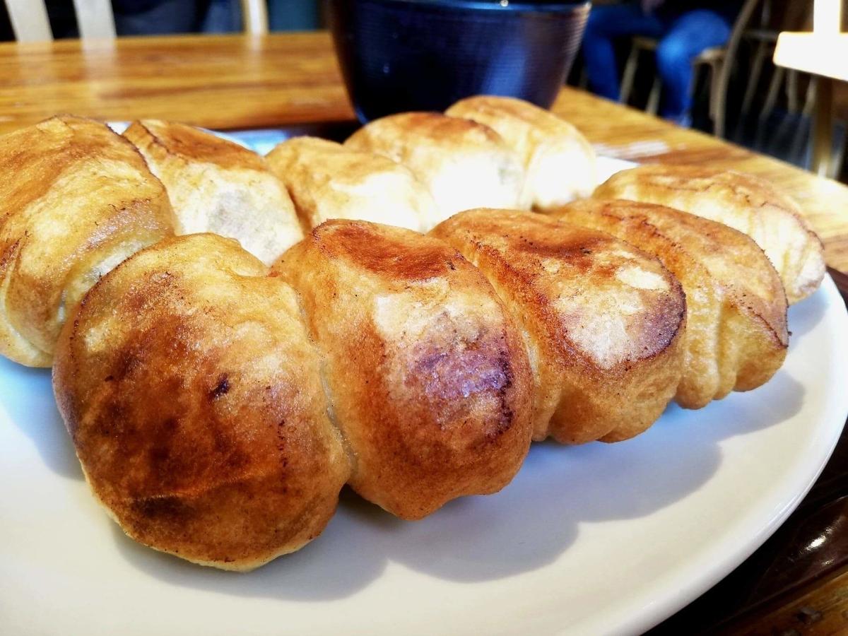記事トップの、亀有『ホワイト餃子』の焼き餃子セットのアップ写真