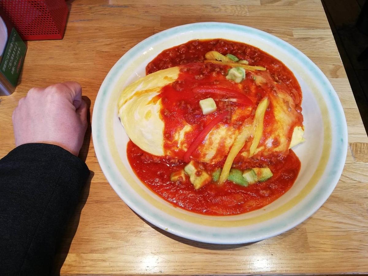 渋谷『ポムの樹』の、アボカドとモッツァレラチーズのトマトミンチオムライスと拳のサイズ比較写真
