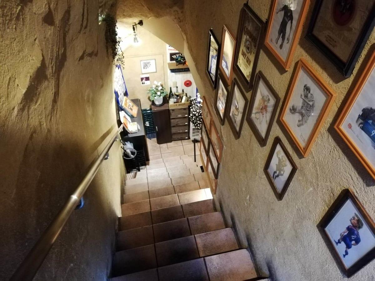 池袋『札幌牛亭』の、地下へ続く階段の写真