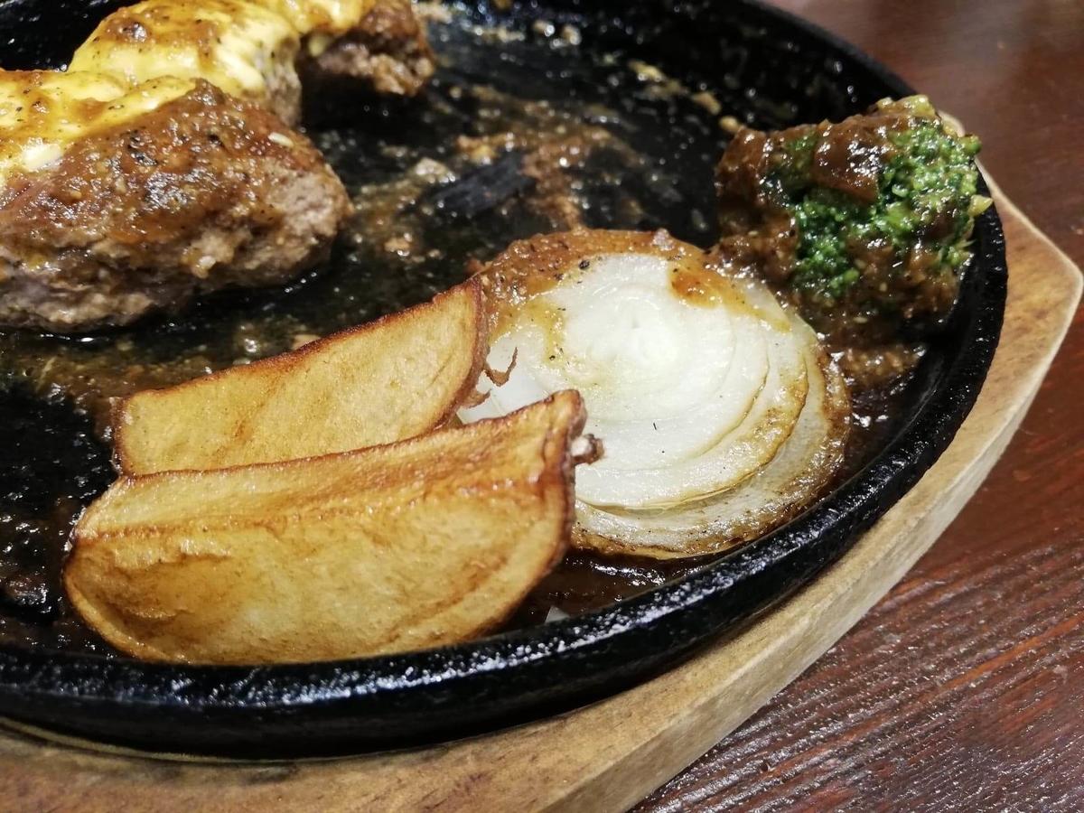 池袋『札幌牛亭』の、平日ランチタイム限定ハンバーグステーキセットの野菜の写真