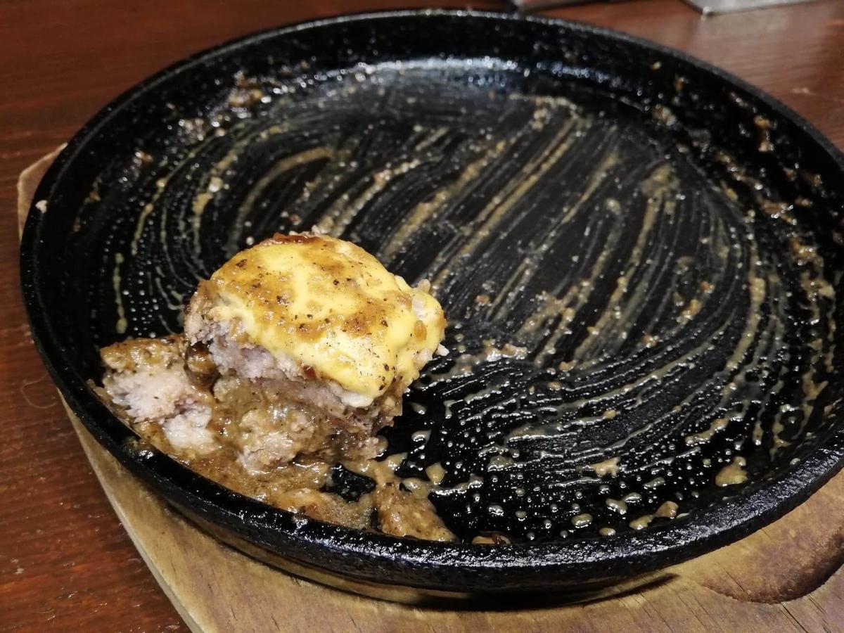 池袋『札幌牛亭』の、平日ランチタイム限定ハンバーグステーキセットの最後のハンバーグ写真