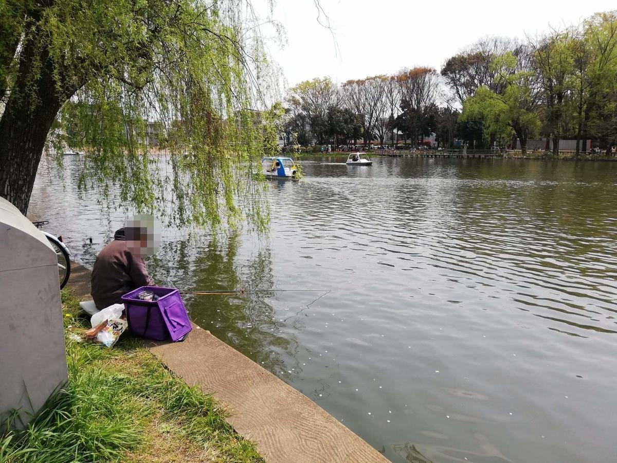 『石神井公園』の石神井池沿いにいる釣り人の写真