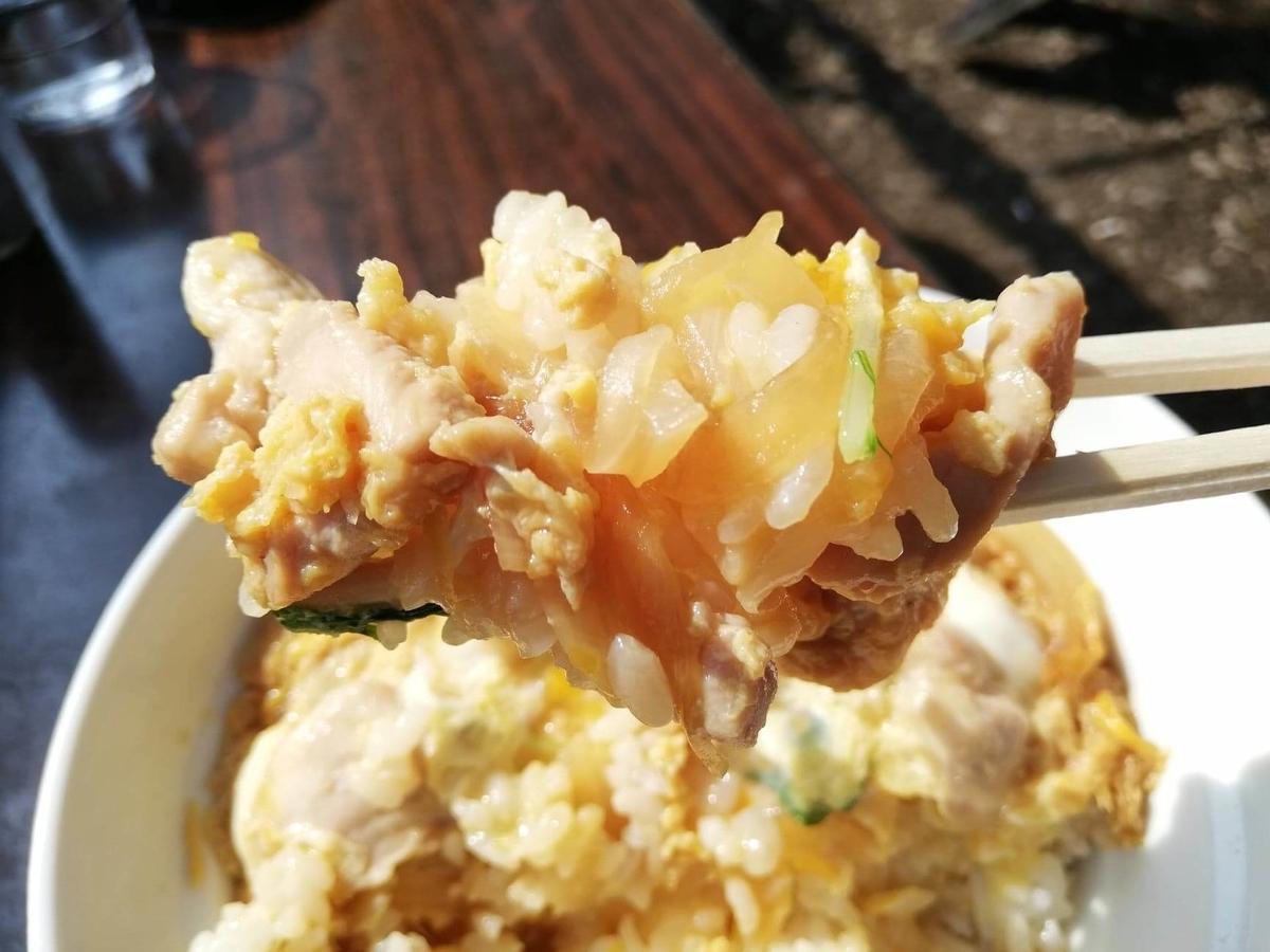 『石神井公園』の豊島屋にある親子丼を、箸で掴んでいる写真