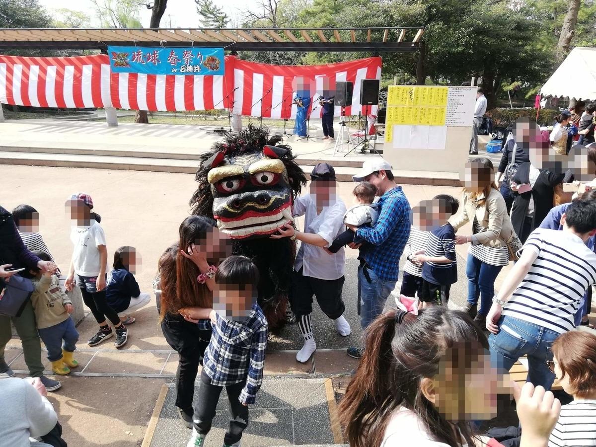 『石神井公園』のイベントスペースにいる獅子舞の写真