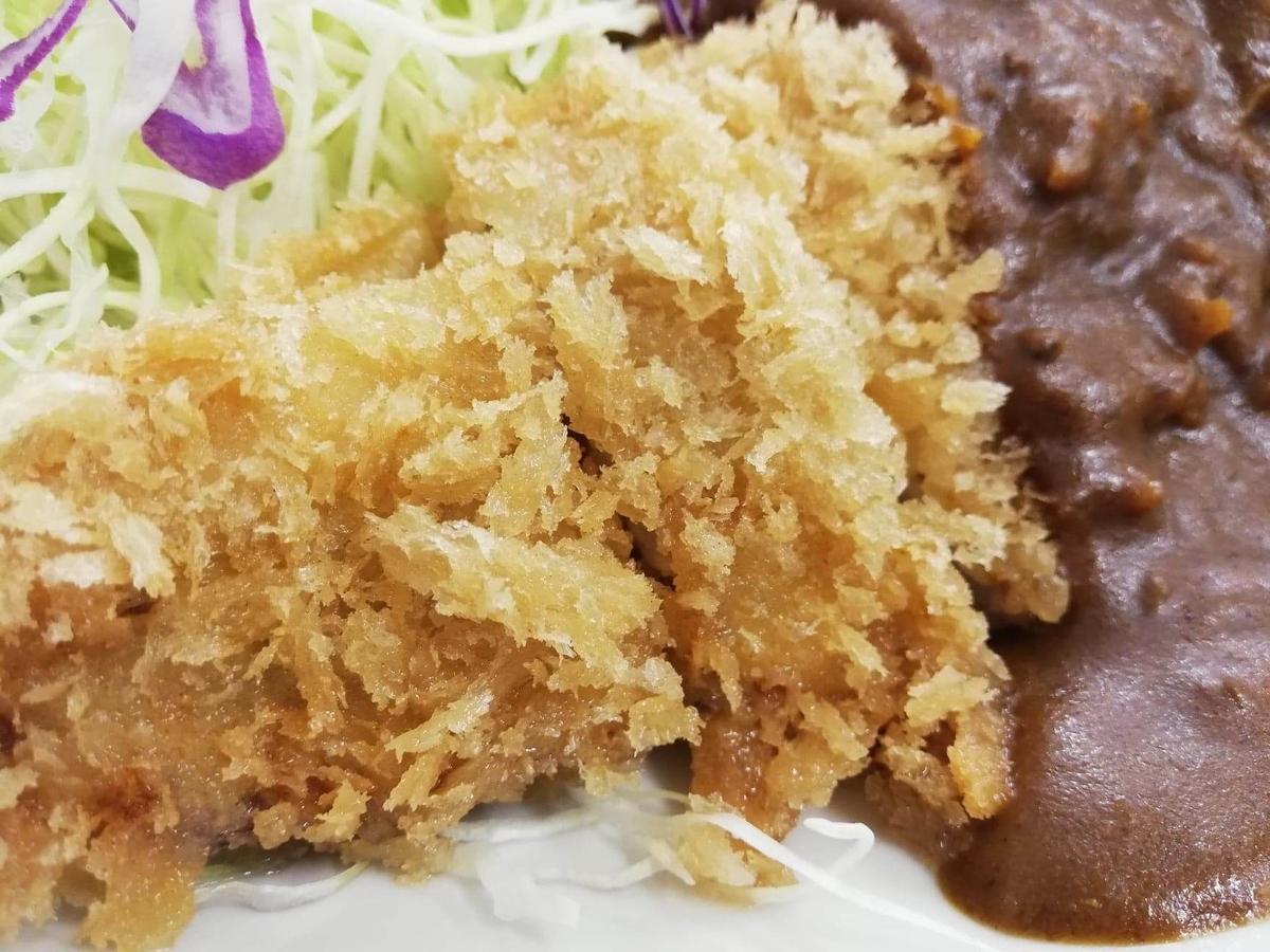 池袋『とんかつ清水屋』のロースかつカレー定食の、ロースカツのアップ写真