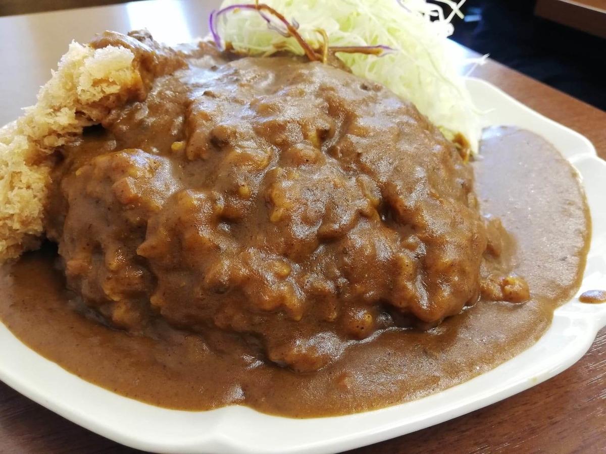池袋『とんかつ清水屋』のロースかつカレー定食の、カレーのアップ写真