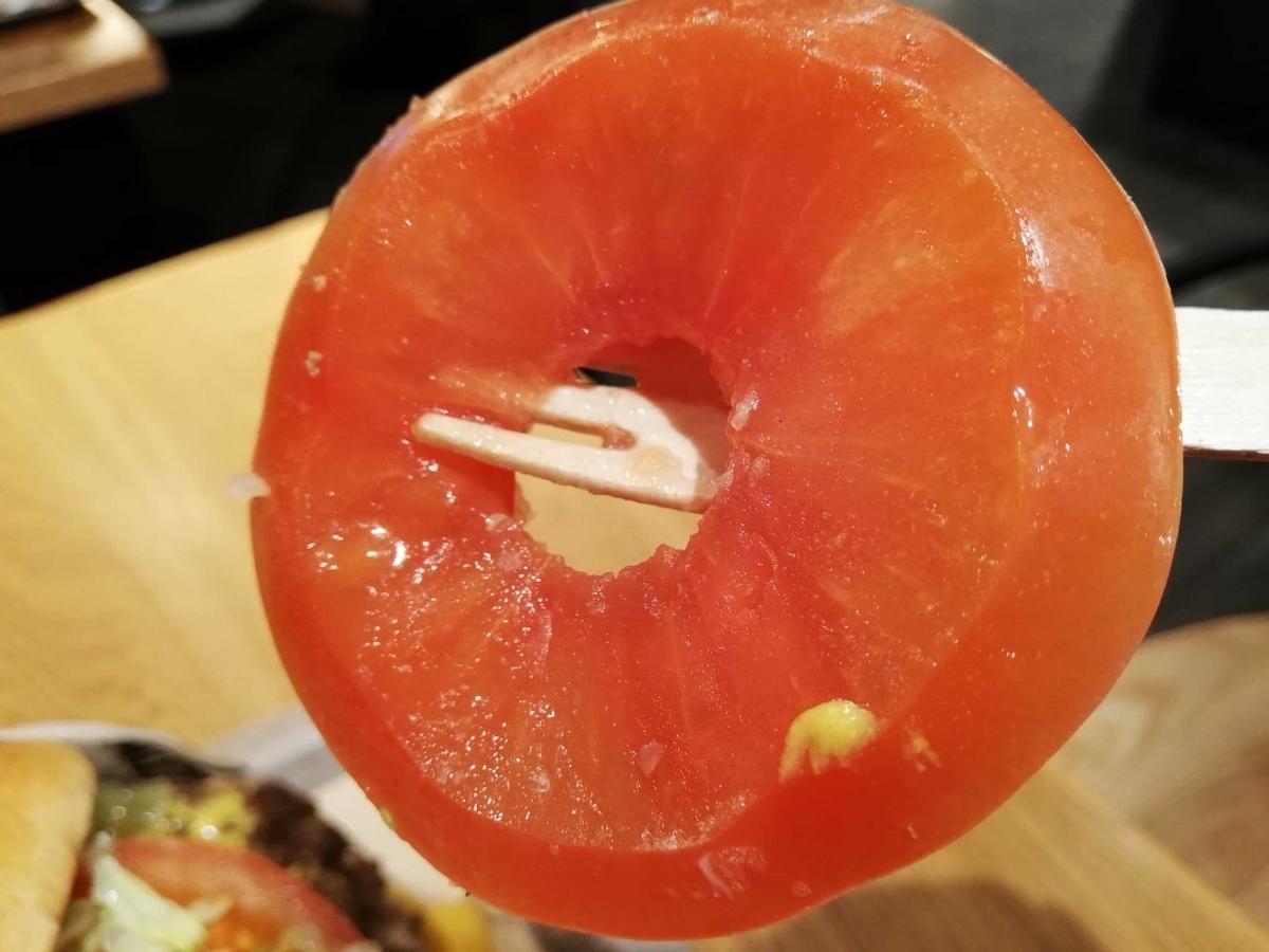 渋谷『ファットバーガー(FATBURGER)』のUSキングバーガーに挟まっているトマトの写真