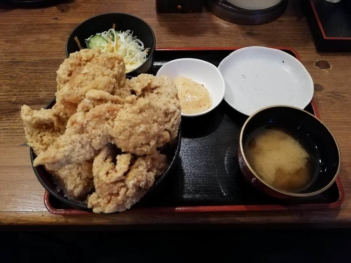 立川『ひなたかなた』のデカ盛り唐揚げ丼セットの写真