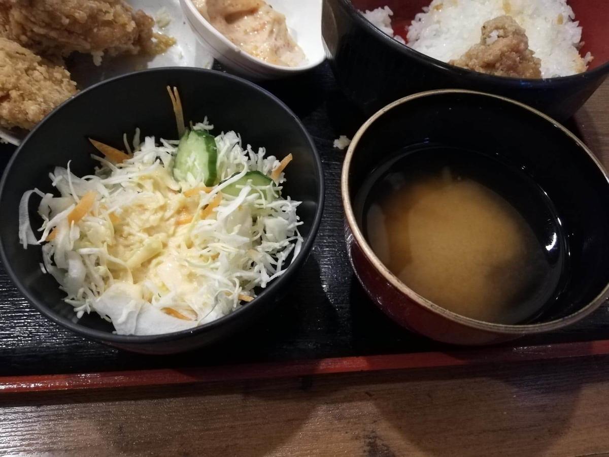 立川『ひなたかなた』の味噌汁とサラダの写真